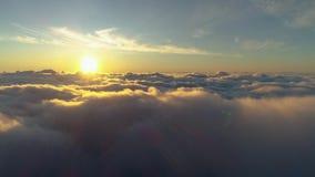 Розовые облака и солнце на красочном восходе солнца Трутень летает ОН назад видеоматериал