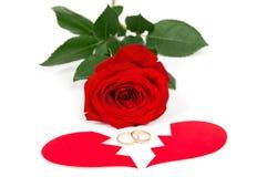 Розовые обручальные кольца и 2 изолированной половины сердца Стоковые Изображения RF
