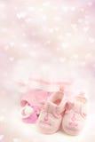 Розовые добычи младенца на яркой розовой предпосылке Одежда младенца Стоковое Изображение RF
