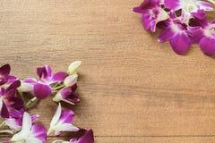 Розовые орхидеи на древесине стоковые изображения