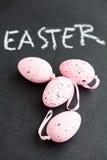 Розовые пасхальные яйца и текст Стоковые Изображения