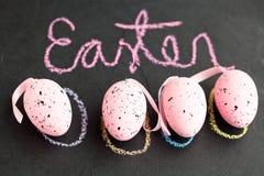 Розовые пасхальные яйца и текст Стоковые Фотографии RF