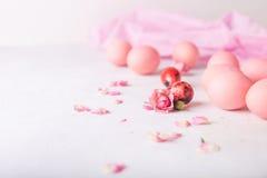 Розовые пасхальные яйца на светлой предпосылке Copyspace Фото натюрморта серий розовых пасхальных яя пасхальные яйца предпосылки Стоковое Фото