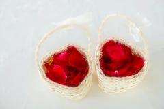 Розовые педали в мини корзине для свадебной церемонии Мягкий фокус Fi стоковое изображение rf