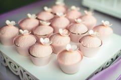 Розовые пирожные с цветками стоковое изображение rf