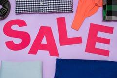 Розовые письма отрезали от бумаги картона между одеждами Стоковые Фотографии RF