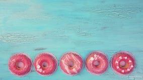 Розовые покрашенные donuts стоковая фотография rf