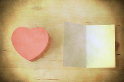 Розовые подарочная коробка сердца и карточка - ретро Grungy Стоковые Изображения