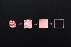 Розовые пустые примечания в различных положениях изолированных на черноте Стоковое Изображение
