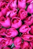 Розовые розы в букетах на рынке цветка Стоковая Фотография