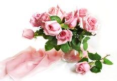 Розовые розы в стеклянном опарнике Стоковые Фото