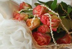 Розовые розы и жемчуга на белом платье Стоковые Фотографии RF