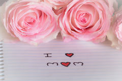Розовые розы и я любим текст мамы Стоковое фото RF