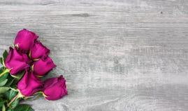 Розовые розы над деревенской деревянной предпосылкой иллюстрация штока