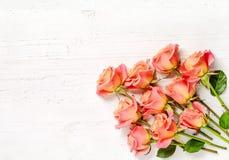 Розовые розы на белой деревянной предпосылке Стоковая Фотография