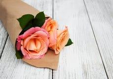 Розовые розы на деревянной предпосылке Стоковое Изображение RF