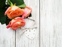 Розовые розы на деревянной предпосылке Стоковое Изображение