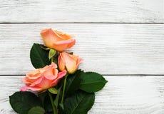 Розовые розы на деревянной предпосылке Стоковое фото RF