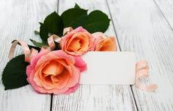 Розовые розы на деревянной предпосылке Стоковые Изображения RF