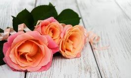 Розовые розы на деревянной предпосылке Стоковые Фотографии RF
