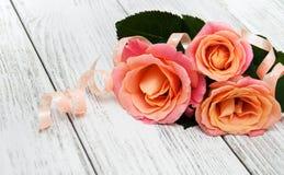 Розовые розы на деревянной предпосылке Стоковая Фотография RF