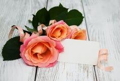Розовые розы на деревянной предпосылке Стоковые Изображения