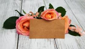 Розовые розы на деревянной предпосылке Стоковая Фотография
