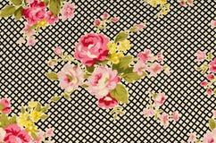 Розовые розы на черно-белой ткани нашивки стоковые фотографии rf