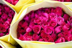 Розовые розы с желтым бумажным букетом стоковая фотография
