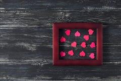 Розовые сердца в деревянной рамке на старой деревянной предпосылке Валентайн дня s Космос для текста Стоковые Изображения RF