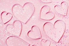 Розовые сердца и sparkles на розовой предпосылке Концепция приветствию ` s валентинки St, романтичный стиль Взгляд сверху, плоско Стоковая Фотография
