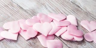 Розовые сердца на текстурированном знамени деревянного стола Стоковые Фотографии RF