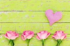 Розовые сердце и розы для предпосылки дня ` s валентинки или ` s матери Стоковые Фотографии RF