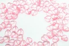 розовые сердца стеклянные на белой предпосылке стоковые изображения rf