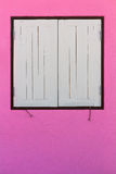 Розовые стены, белое окно Стоковая Фотография