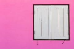 Розовые стены, белое окно Стоковые Фото
