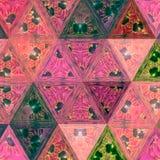 Розовые треугольники с капельками teal, непрерывной картиной для обоев или тканью стоковые изображения rf