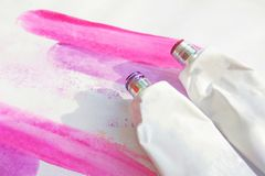 Розовые трубки акрилов и изображение чертежа акварели мадженты руки вычерченное абстрактное на белой текстурированной бумажной пр стоковая фотография
