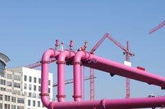 Розовые трубопровода над голубым небом Стоковые Изображения RF