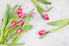 Розовые тюльпаны на мраморной предпосылке Стоковое фото RF
