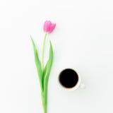 Розовые тюльпаны и черный кофе на белой предпосылке Плоское положение Взгляд сверху Предпосылка дня Валентайн Стоковое фото RF