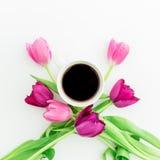 Розовые тюльпаны и черный кофе на белой предпосылке Плоское положение Взгляд сверху Предпосылка дня Валентайн Стоковые Фотографии RF