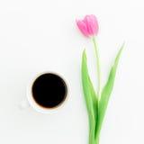 Розовые тюльпаны и черный кофе на белой предпосылке Плоское положение Взгляд сверху Предпосылка дня Валентайн Стоковая Фотография