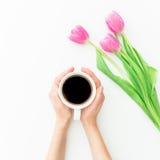 Розовые тюльпаны и черный кофе на белой предпосылке Плоское положение Взгляд сверху Предпосылка дня Валентайн Стоковая Фотография RF