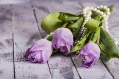 Розовые тюльпаны на затрапезном белом деревянном столе стоковое изображение