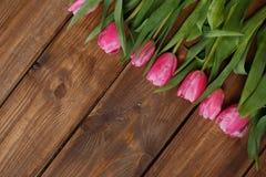 Розовые тюльпаны над затрапезным белым деревянным столом стоковые изображения rf