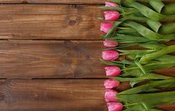 Розовые тюльпаны над затрапезным белым деревянным столом стоковая фотография rf