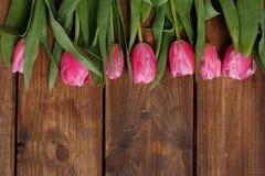 Розовые тюльпаны над затрапезным белым деревянным столом стоковое изображение rf