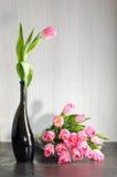 Розовые тюльпаны с стеклянными пузырями стоковое фото rf