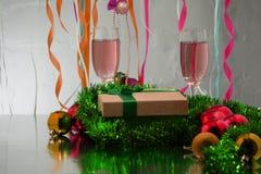 Розовые украшения шампанского и Нового Года сфокусируйте мягко стоковое фото rf